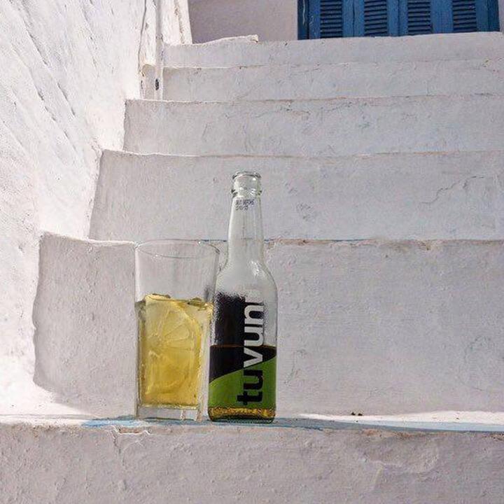 Tuvunu in een typische Griekse setting