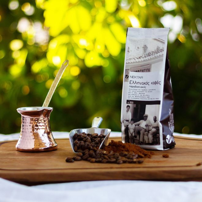 Sfeerafbeelding van een Griekse briki (koffiepot) met gemalen Griekse koffie