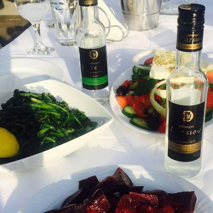 Een goed gevulde Griekse tafel, vergezeld met een goede Griekse tsipouro zonder anijs