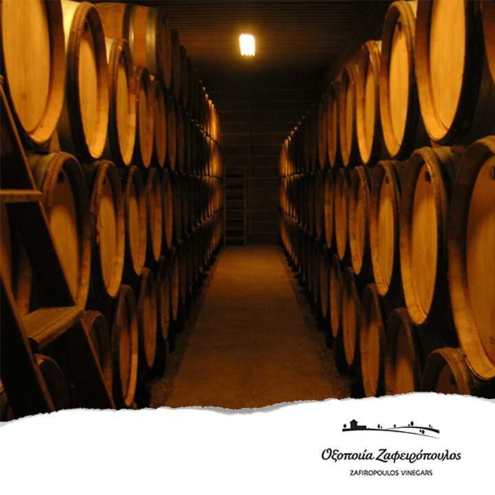 Rode wijnazijn wordt gerijpt in houten vaten
