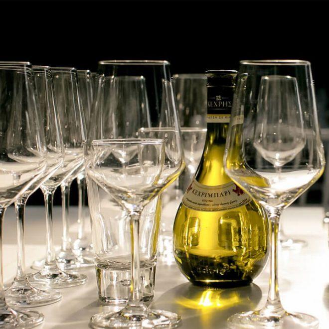 Een fles Kechribari retsina wijn op tafel