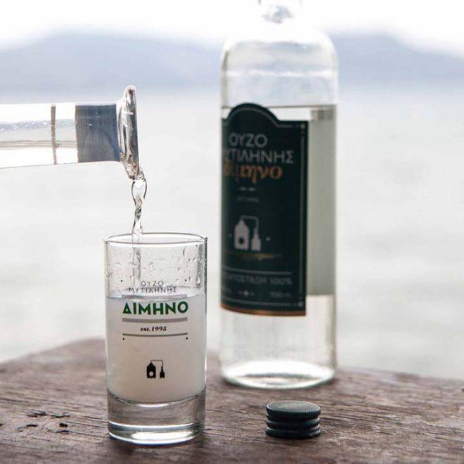 Ouzo Dimino van EVA uit Lesbos wordt geserveerd met water
