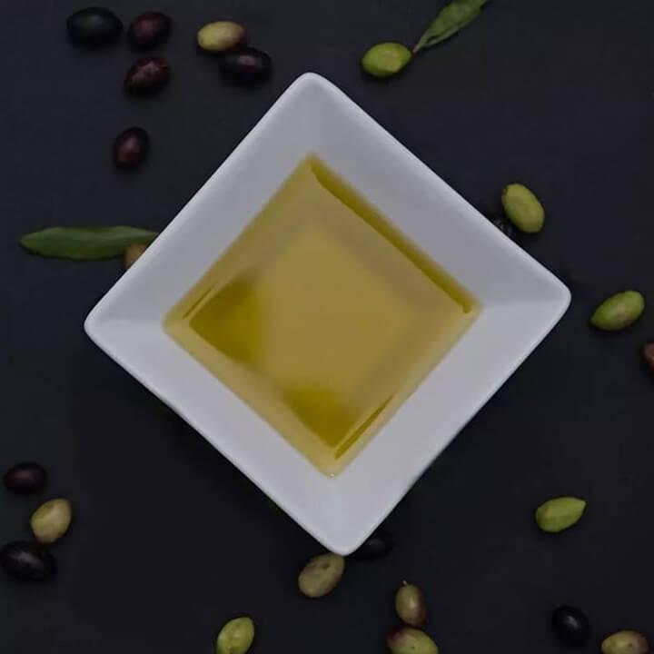 Een schoteltje heerlijke groene Griekse extra vergine olijfolie