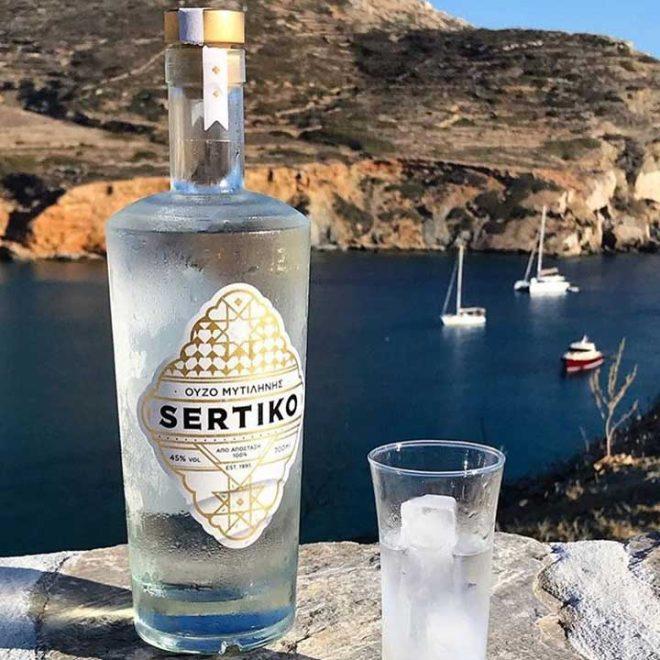 Een ijskoude fles Ouzo Sertiko
