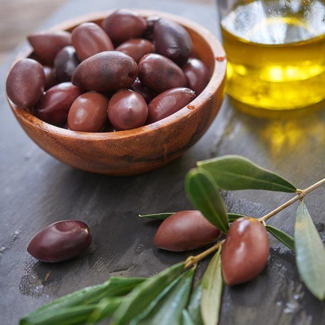 Vers geoogste Kalamon olijven worden onderworpen aan een kwaliteitstest